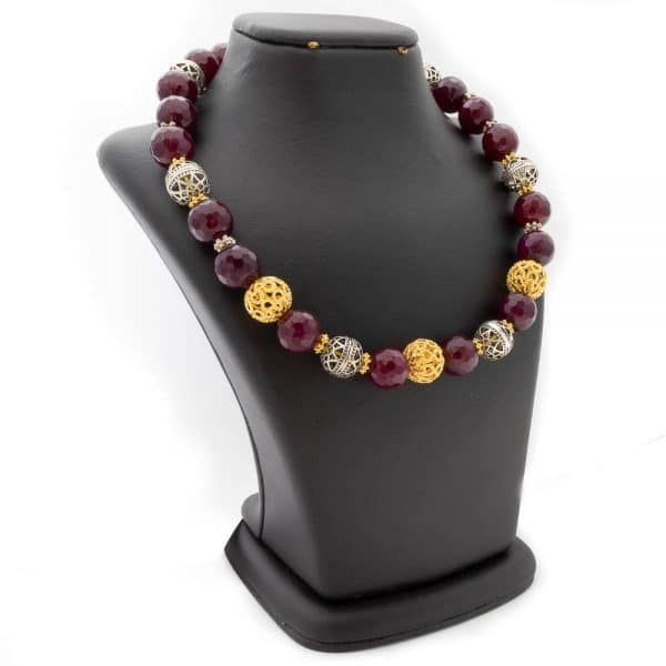 Necklace in red agate and gold